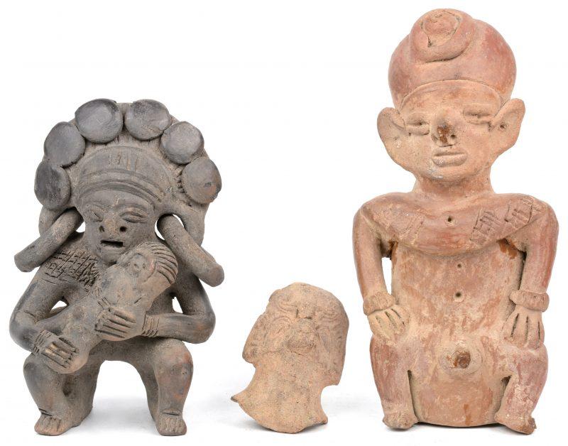 Drie diverse pre-Columbiaanse beeldjes van terra cotta.