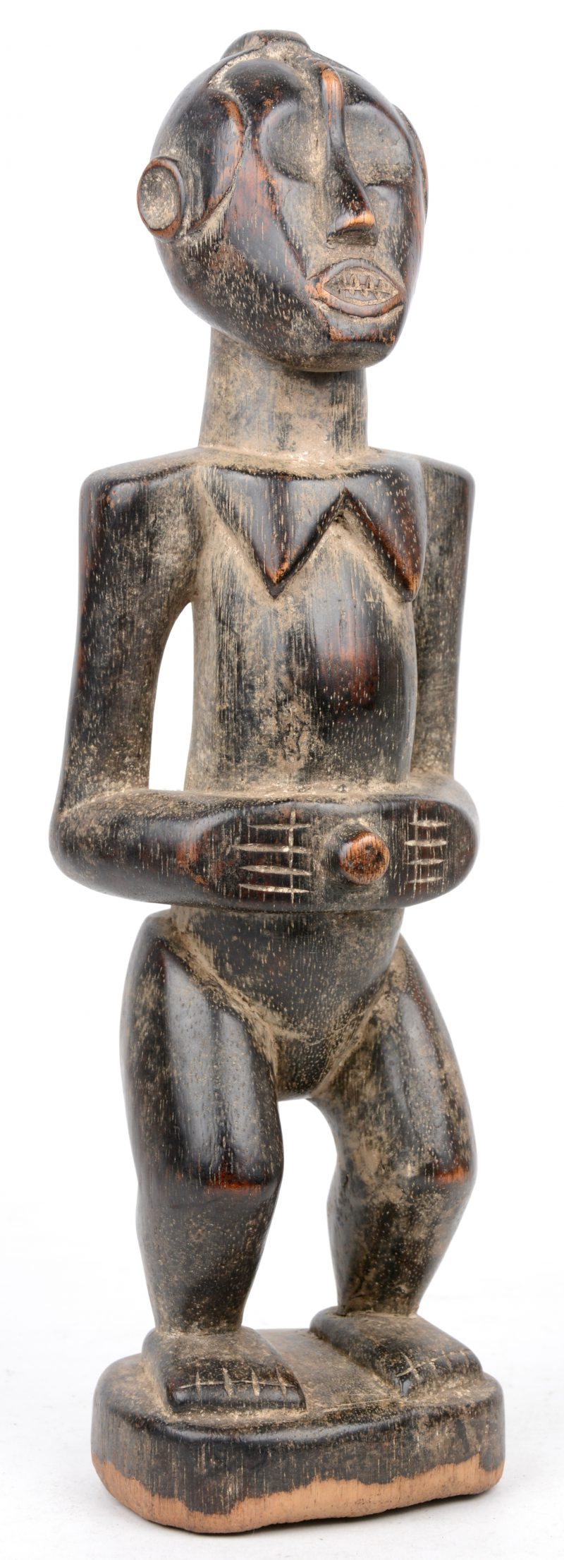 Een Afrikaans beeldje van een staande vrouw. Mooi patina.