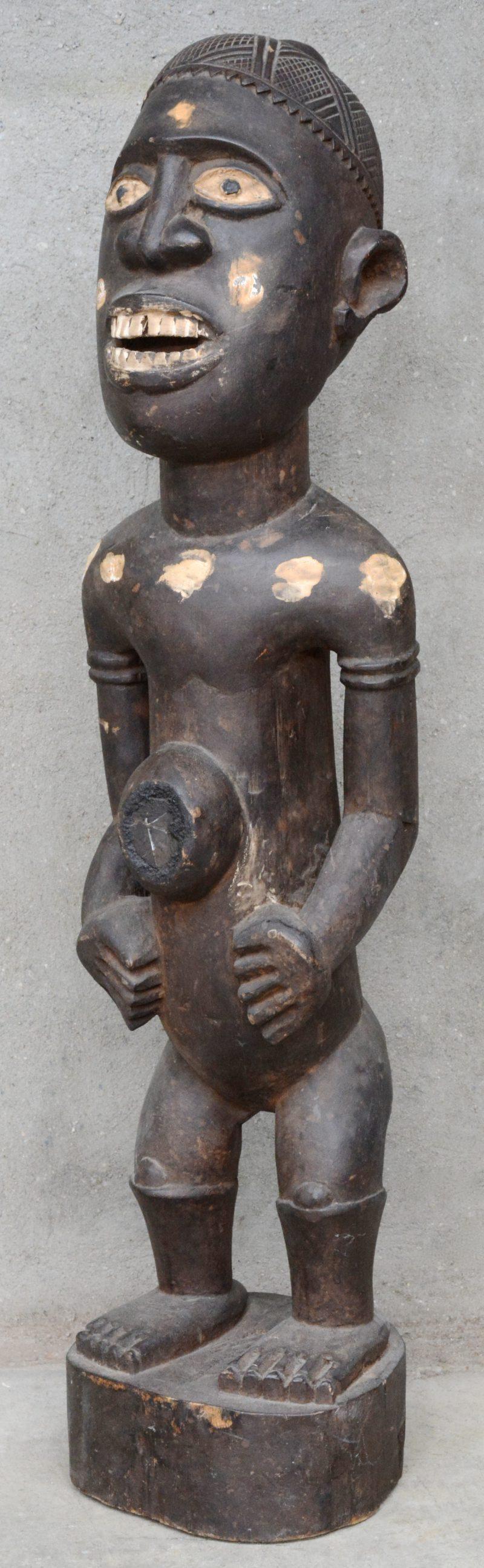 Groot houten fetisjbeeld. Afrikaans werk. Chokwe (?), DRC.
