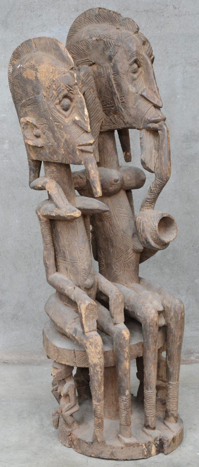 Groot houten beeld van een pijprokend echtpaar. Afrikaans werk. Chokwe (?), DRC.
