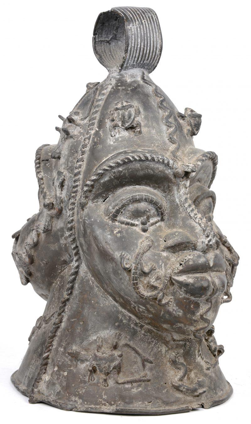 Een bronzen helmmasker in verloren was techniek. Benin.