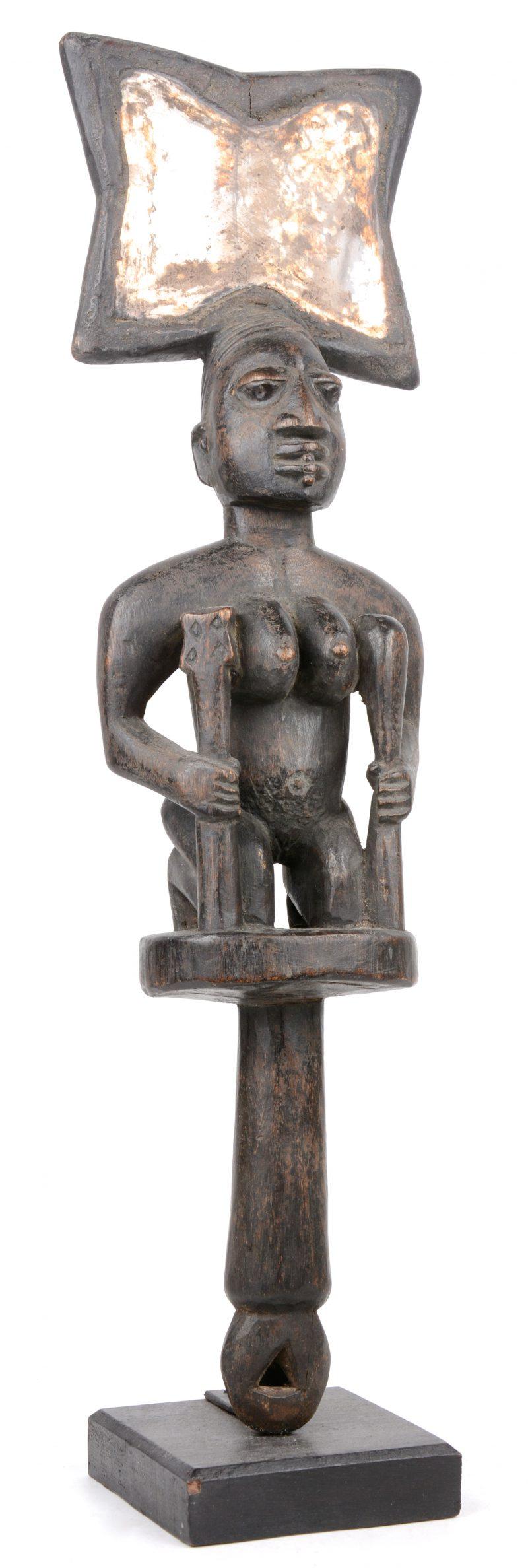Een Afrikaanse antropomorfe scepter met een spiegel getooid.