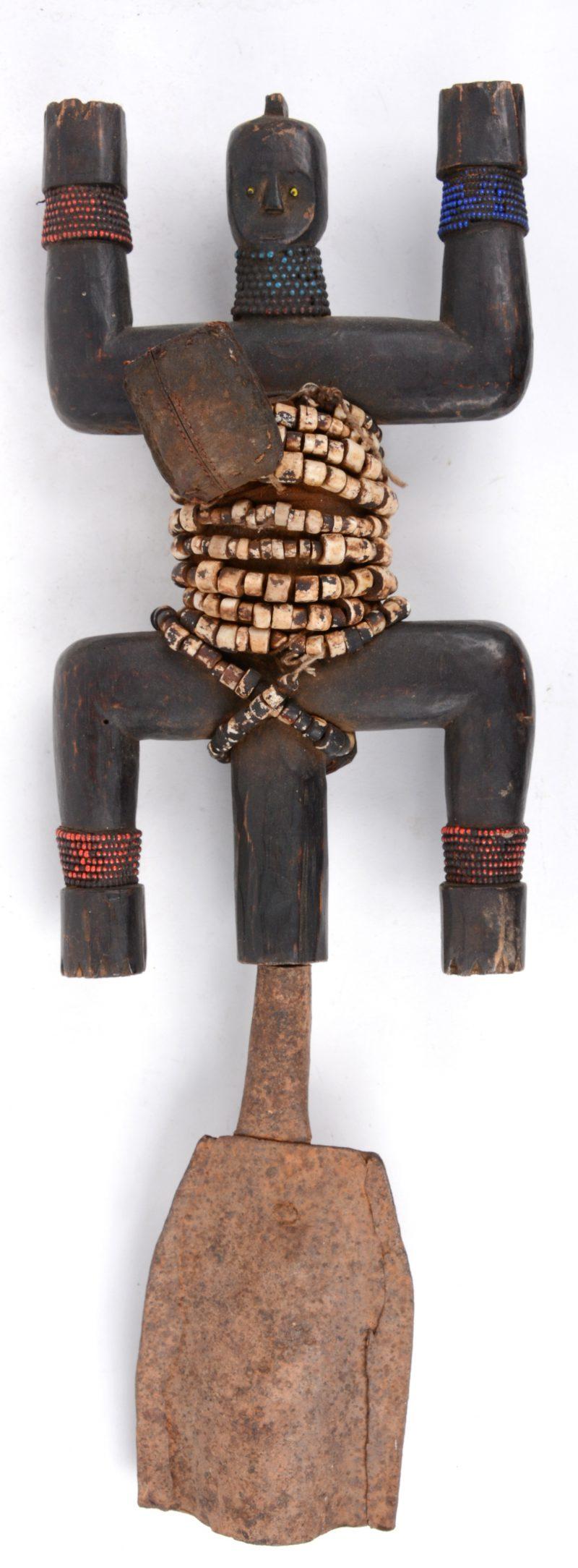 Een houten vruchtbaarheidsbeeldje versierd met kralen en gemonteerd op een bel. Namje (Kameroen).