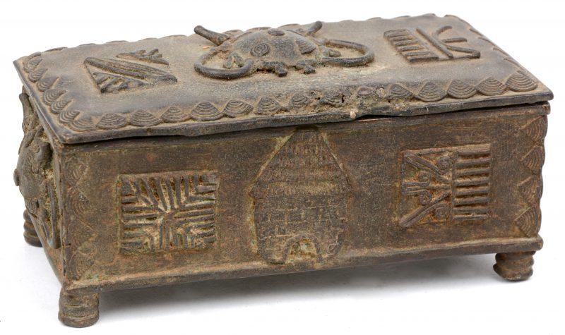 Rechthoekige bronzen doos met los deksel. Verloren was techniek. Benin.