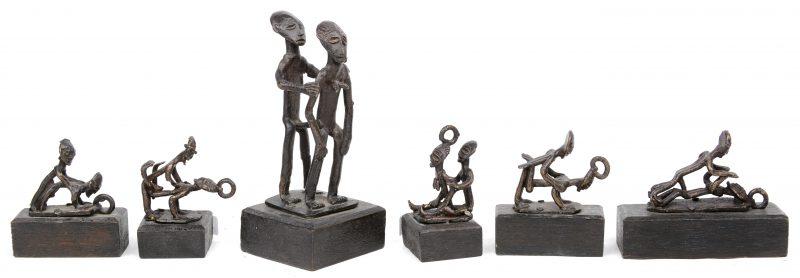 """Zes diverse kleine bronzen Ashanti """"bétises"""" met copulerende paren in diverse posities. Ghana."""
