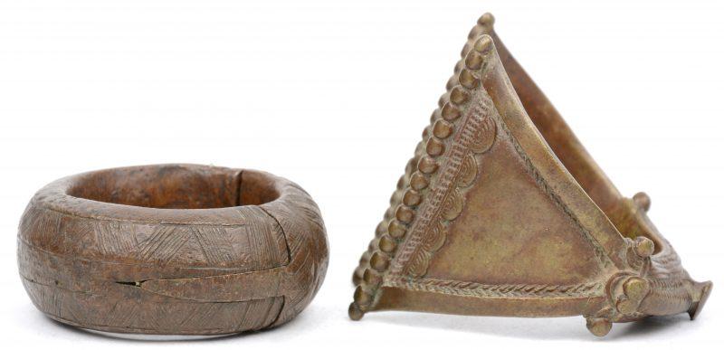 Twee massieve bronzen armbanden. West-Afrika.