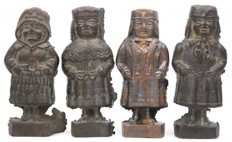 Vier massieve bronzen personnages. Noord-Europa.