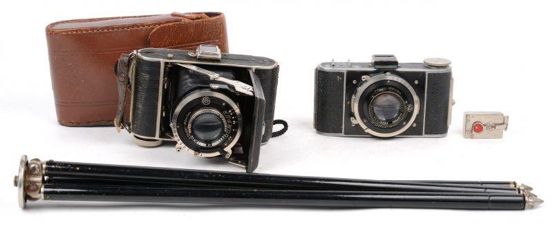 Twee analoge fototoestellen. Met een oud statief.