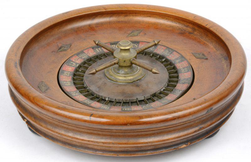 Een oude Amerikaanse roulette van hout en koper.