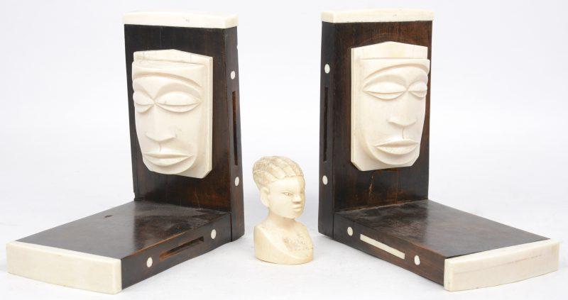 Een paar Afrikaanse boekensteunen van ebbenhout en ivoor. We voegen er een kleine ivoren buste aan toe.