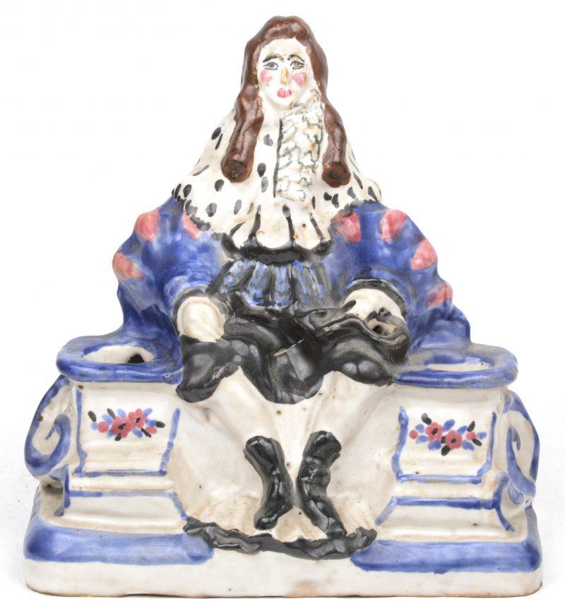 Een inktstel van meerkleurig aardewerk in de vorm van Lodewijk XIV. Zonder recipiënten.