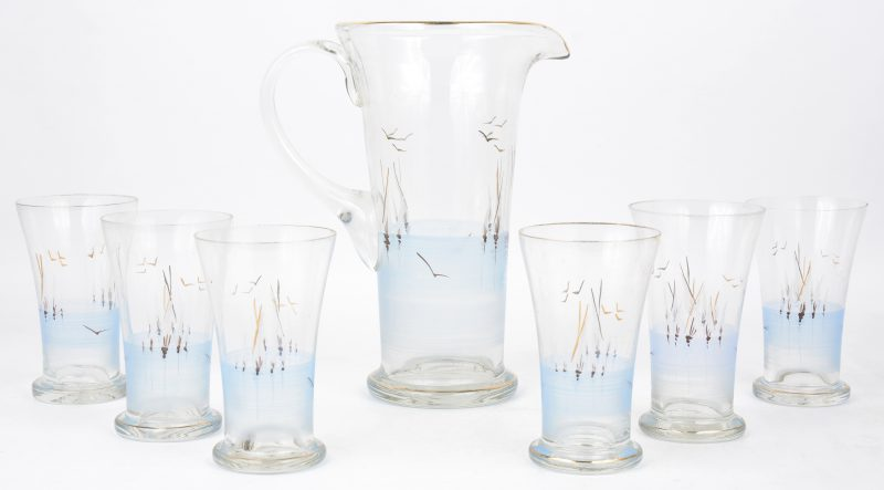 Een glazen schenkkan en zes bijpassende glazen met handgeschilderde decors.