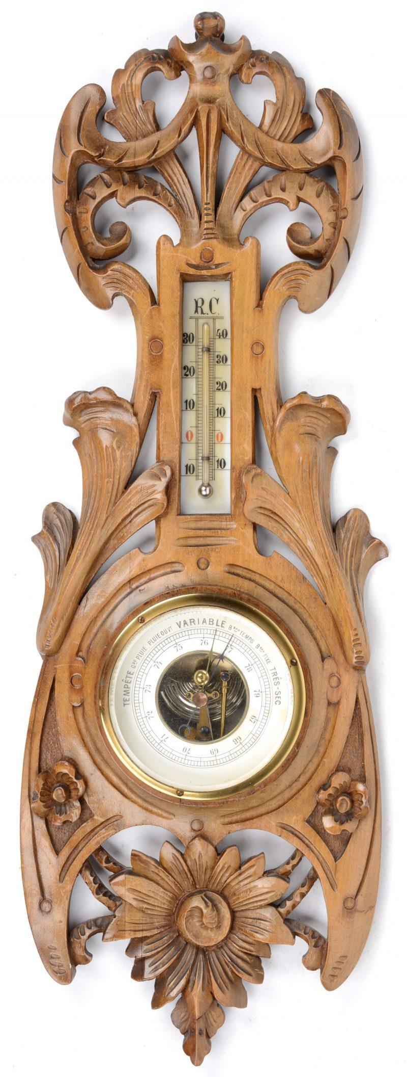Barometer van gebeeldhouwd notenhout.