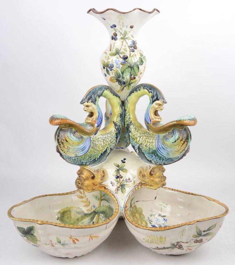 Groot Italiaans aardewerken tafelstuk naar barok voorbeeld. Hersteld.