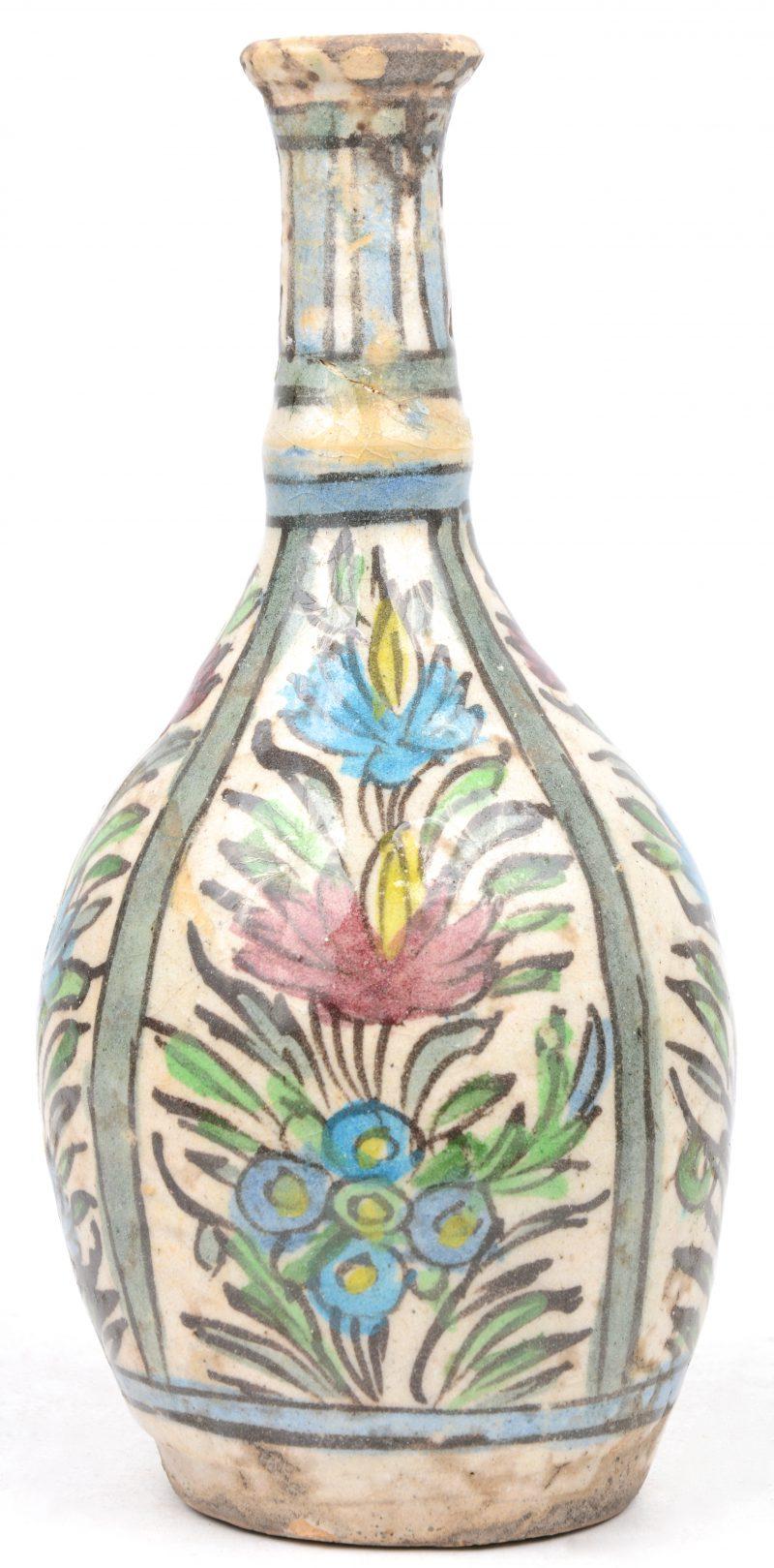 Een vaas van Perzisch aardewerk met een meerkleurig bloemendecor. Gerestaureerd. XIXe eeuw.