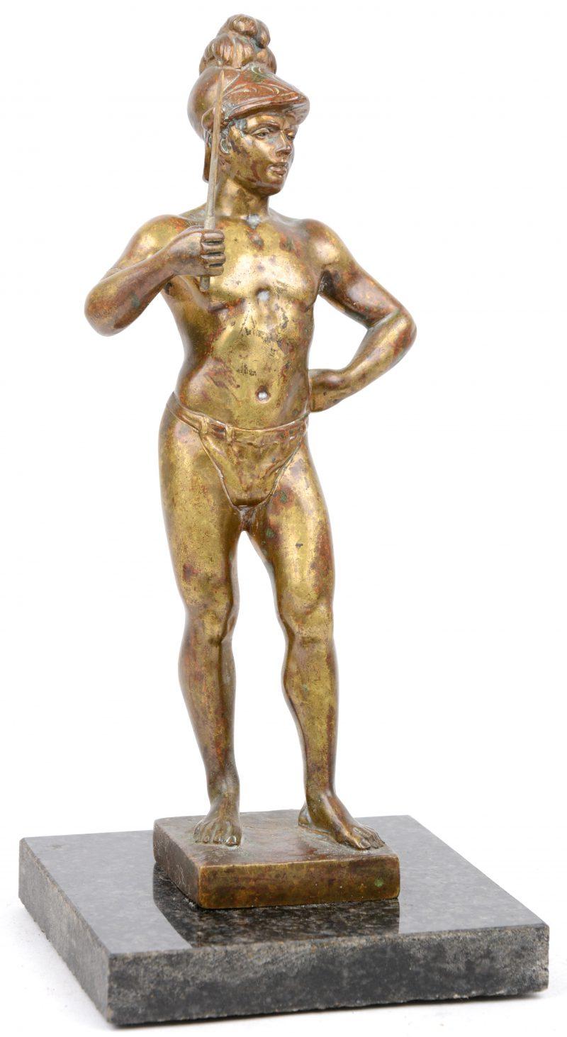 """""""krijger"""". Een bronzen beeldje op een marmeren voetstuk."""