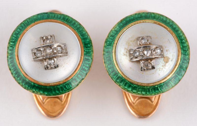 Een paar 18 karaats geel gouden hemdenknoopjes bezet met diamant oude slijp met een gezamenlijk gewicht van ± 0,10 ct. parelmoer en email.