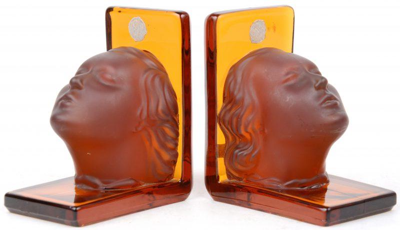Een paar boekensteunen van amber glas met gesatineerde kristallen hoofdjes. Boheems werk.