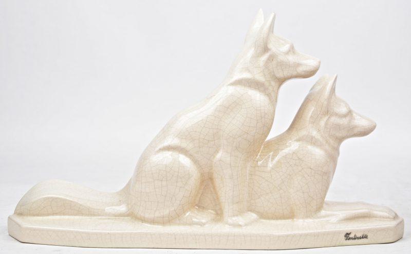 """""""Twee honden"""". Een groep van wit crackleware. Gesigneerd."""