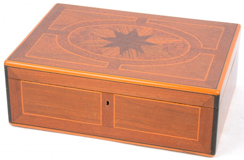 Een ingelegd houten kistje.