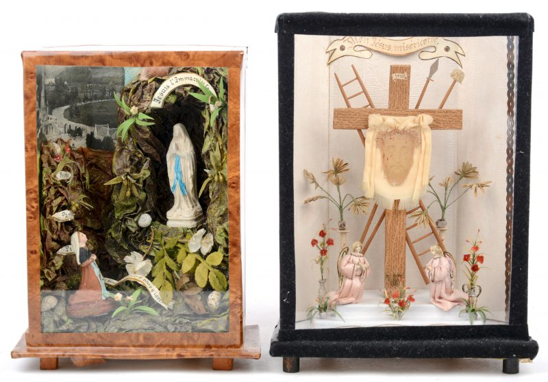 Twee huisaltaartjes in vitrine, waarbij één met een voorstelling van de verschijning van maria in Lourdes en één met de zweetdoek van Veronica.