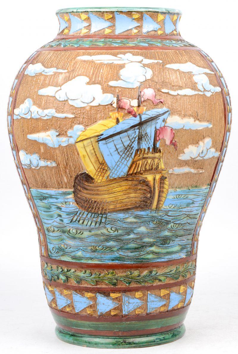 Een vaas van meerkleurig aardewerk met schepen in het decor. Perugia, Italië.