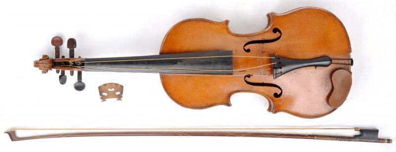 Een oude viool met strijkstok. Kam los.
