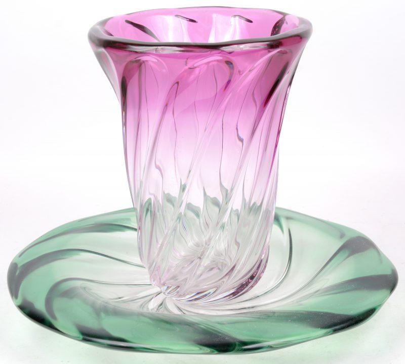 Een grote groene schotel en een roze vaas van kristal met getorste motieven. Beide gemertk.