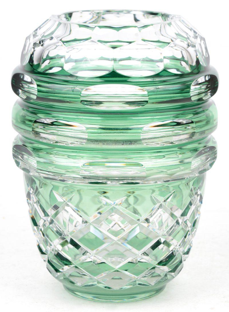 Een vaas van geslepen groen en kleurloos kristal. Onderaan gemerkt.