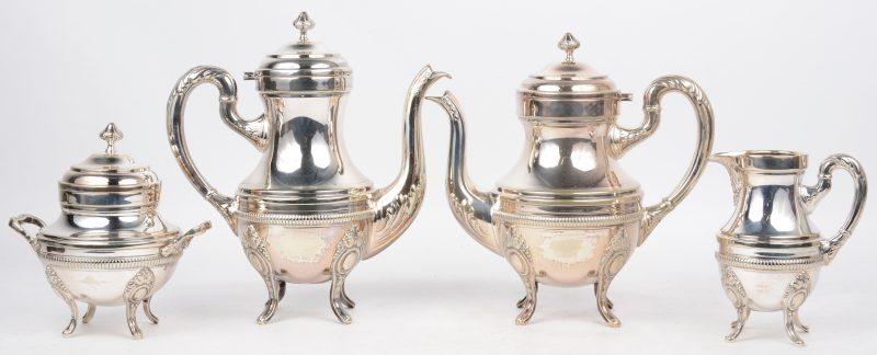 Een koffie- en theestel van verzilverd metaal met een melkkannetje en suikerpot.