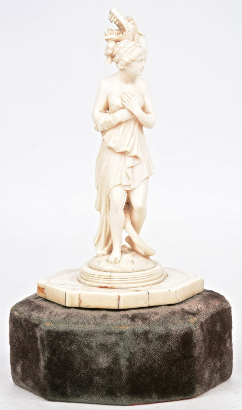 """""""Vrouw met serpent"""". Een beeldje van fijn gesculpteerd ivoor."""