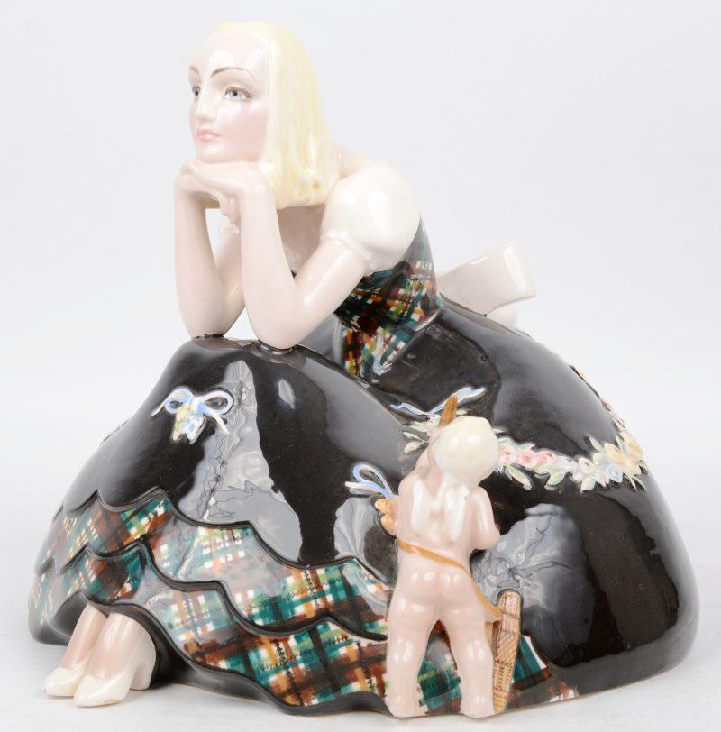 """""""Jonge vrouw met engeltje"""". Een beeld van meerkleurig aardewerk. Gesigneerd onderaan. Turijn."""