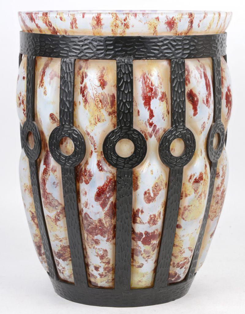 Grote glazen art deco vaas met metalen montuur in de geest van Majorelle.