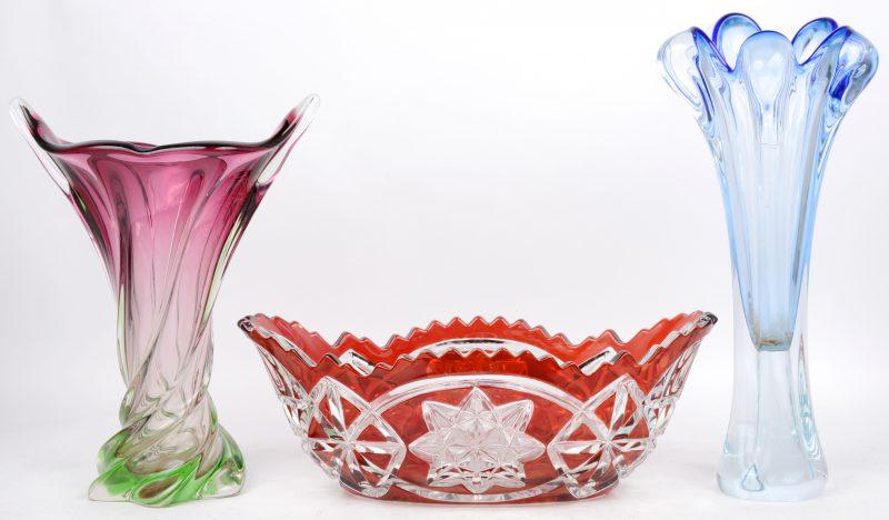 Drie stuks gekleurd kristal/glas. Twee vazen en een coupe.