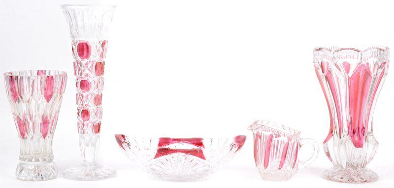 Vijf stuks rood gekleurd kristal/glas. Drie vaasjes en een schaaltje.
