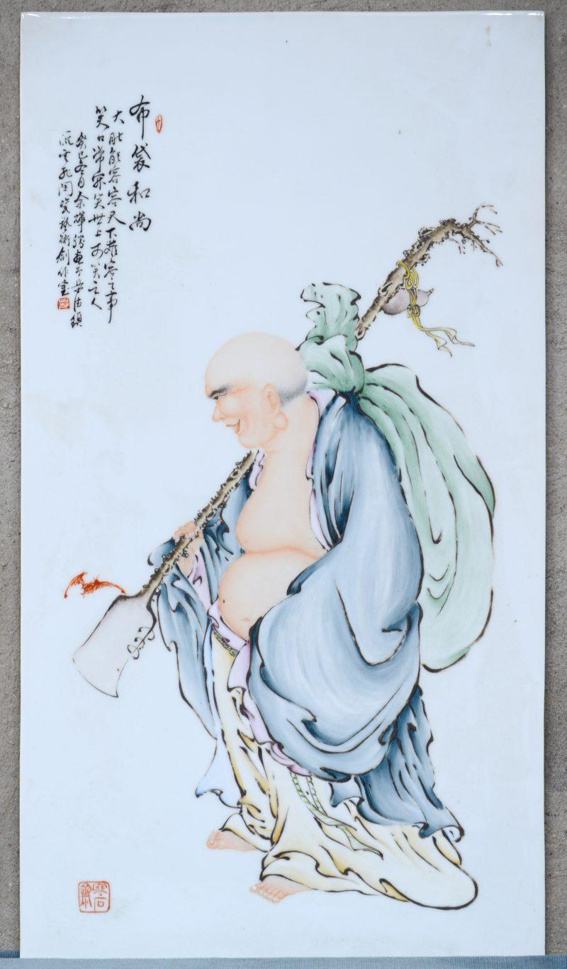 Een porseleinen plaquette met afbeelding van Zenmeester Poe-Tai Ho-Shang.
