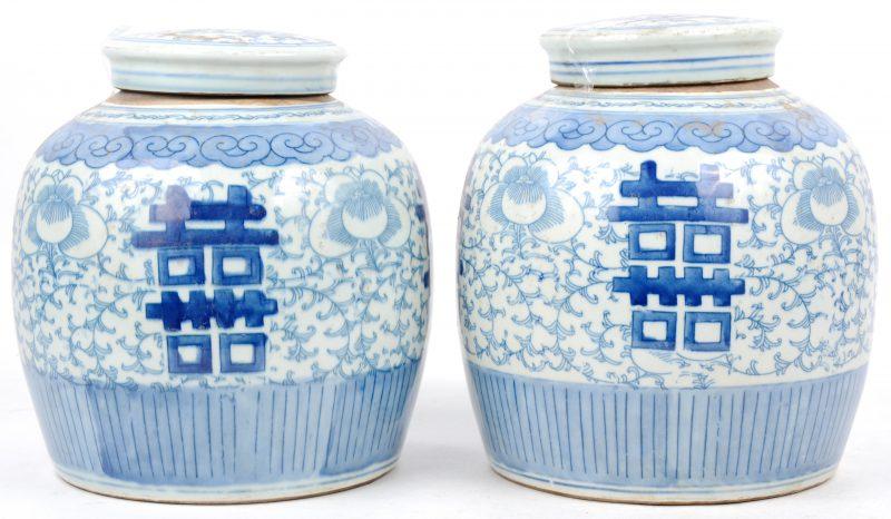 Een paar gemberpotten van blauw en wit porselein, versierd met een decor van eeuwig-levenstekens.