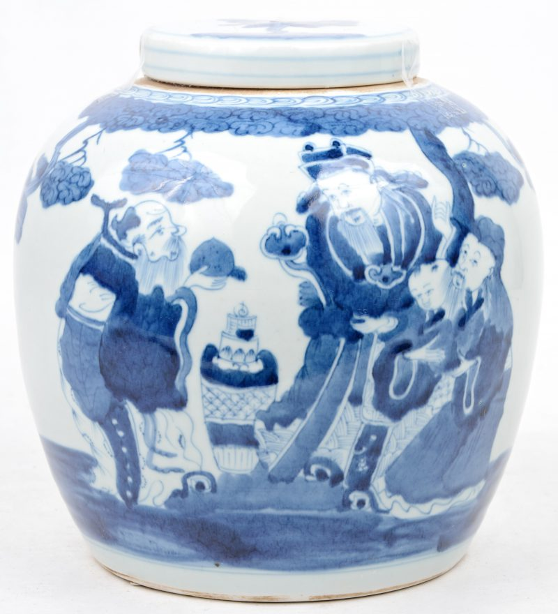 Een gemberpot van Chinees porselein met een blauw op wit decor van personages.