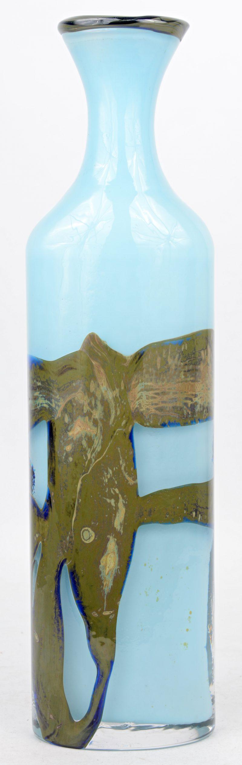 Een hoge, ranke vaas van blauw en groen glaspasta. Gemerkt Val Saint Lambert en gemonogrameerd llsjh voor Louis Leloup en Samuel J. Herman. Circa 1970.