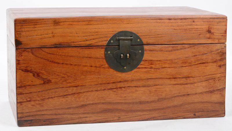 Een Chinese houten doos.