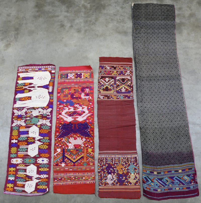 Lot van een tafelkleed en drie tafellopertjes in veelkleurig katoen met borduurwerk met decor van dieren. Afrikaans werk.