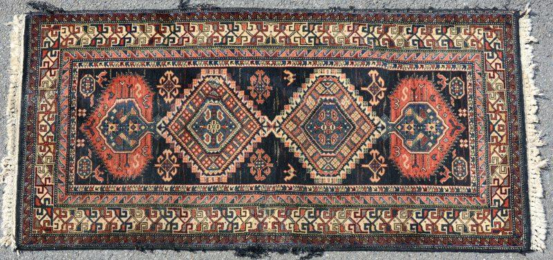 Een handgeknoopt Perzisch tapijtje.