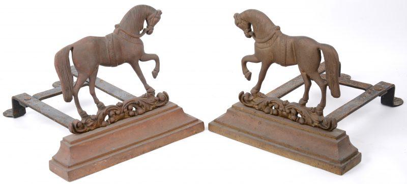 Twee gietijzeren vuurbokken in de vorm van een paard.