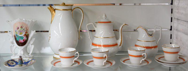 Een lot porselein, bestaande uit een theeserviesje, een koffiepot van Brussels porselein, een hoornvaasje, enz.