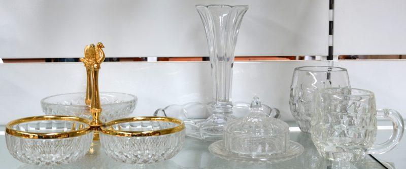 Een lot kleurloos glaswerk, bestaande uit twee bierpullen, een boterpot, een vaasje, een schotel en twee verschillende aperitiefschoteltjes, versierd met een verguld zwaantje. Allen gemerkt.