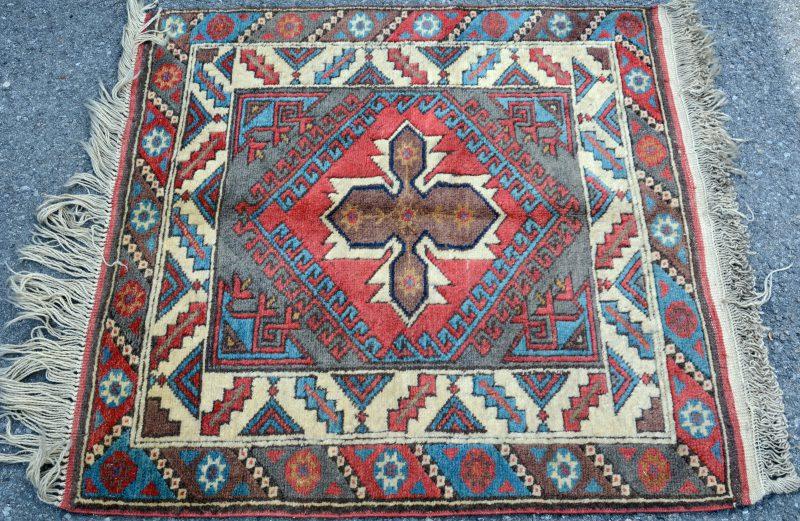 Een handgeknoopt Turks karpetje van wol.