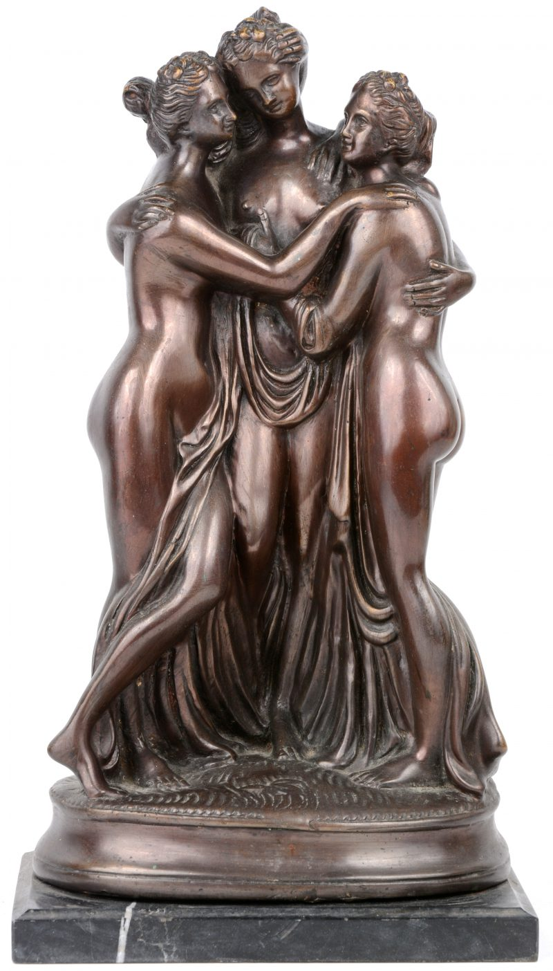 """""""De Drie Gratiën"""". Een bronzen beeld op arduinen sokkel. Gemonogrammeerd M.D."""