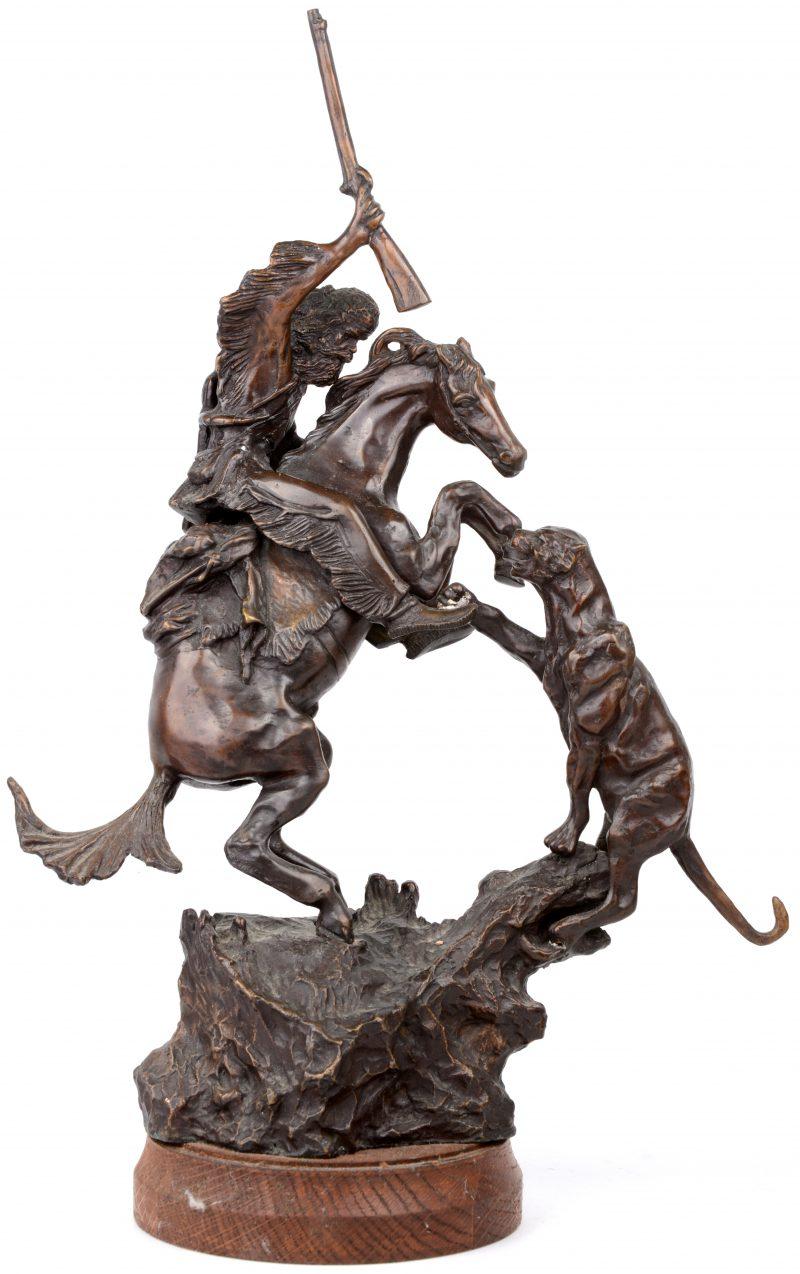 """""""Het gevecht tegen de poema"""". Een beeld van bruingepatineerd brons op houten voetstuk. Naar een werk van Charles Russel."""
