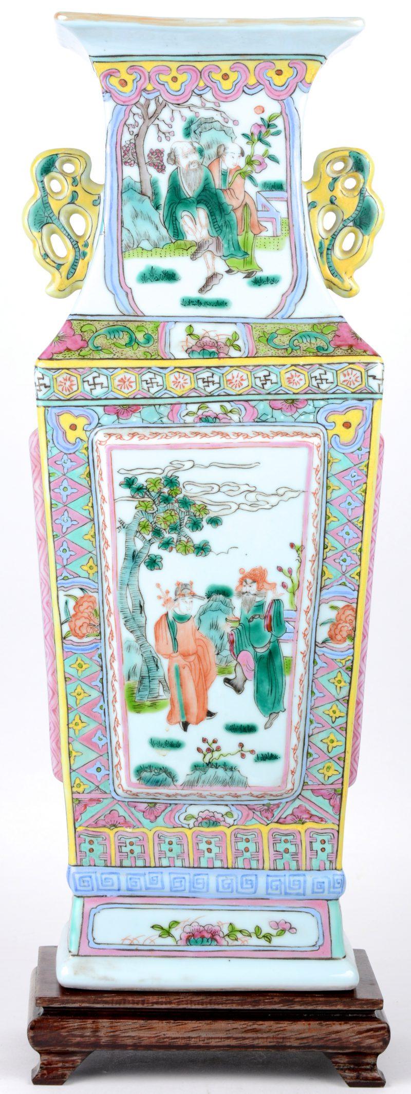 Vaas van Chinees porselein met decor van personages. XXste eeuw. Houten sokkeltje.