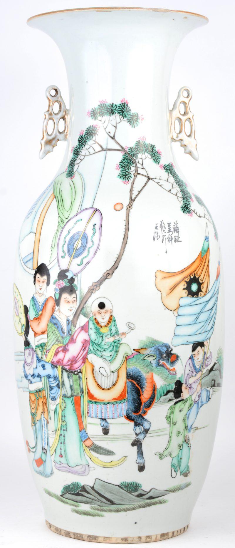 Een balustervaas van Chinees porselein met een meerkleurig decor van personages met een fabeldier in een parade. XXe eeuw.